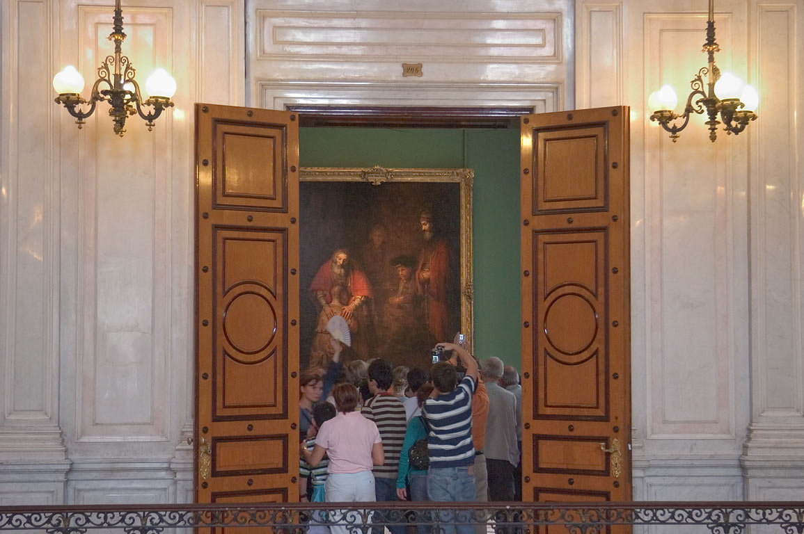 Tourists crowding in front of painting of...Museum. St.Petersburg, Russia