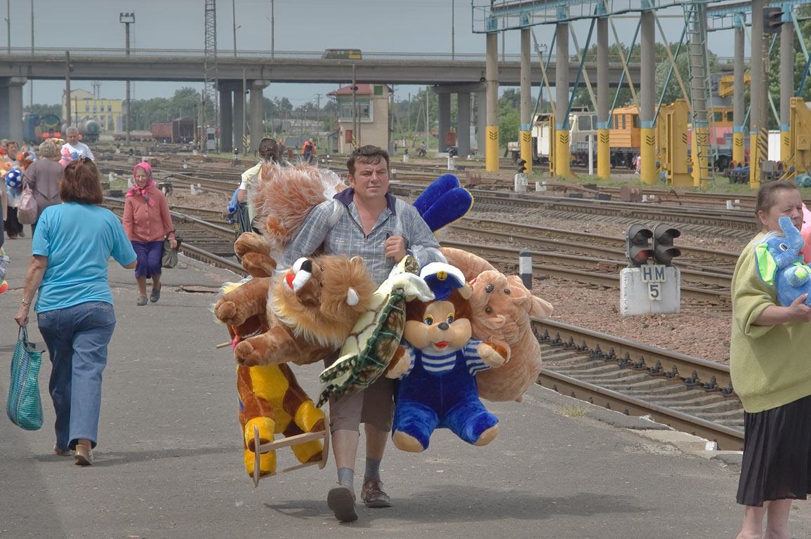 Merchant with stuffed toys on a train platform in Zhlobin. Belorussia